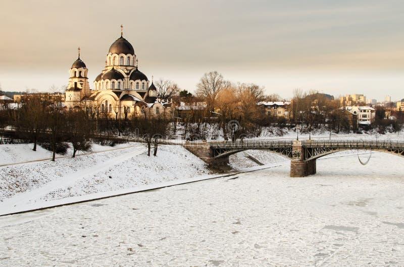 Ponte de Zverynas e igreja ortodoxa de Znamenskaya em Vilnius, Lituânia fotografia de stock royalty free