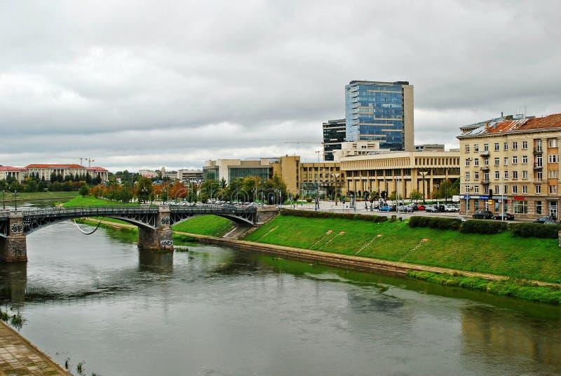 Ponte de Zverynas e o parlamento lituano em Vilnius imagens de stock