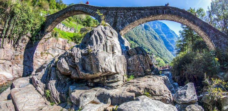 Ponte dei Salti, Verzasca谷,瑞士 库存图片