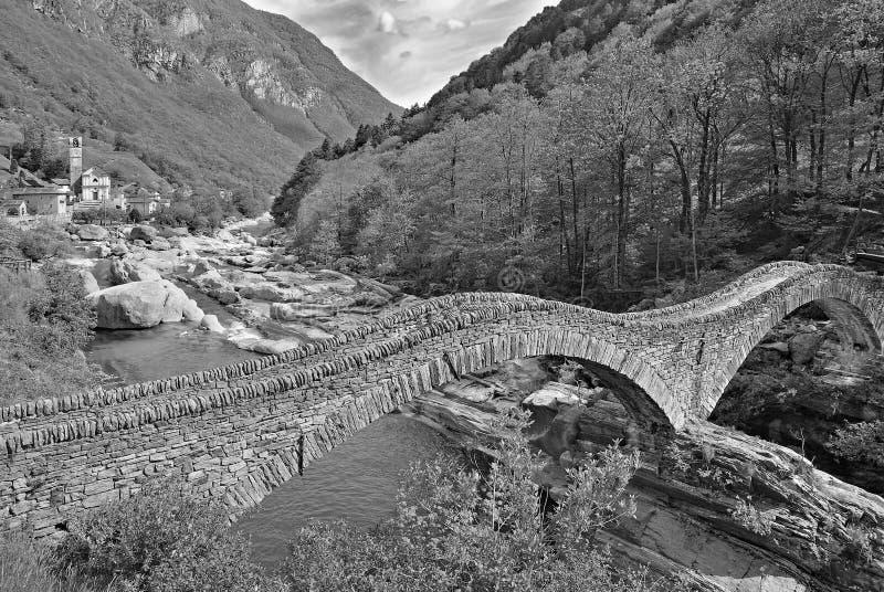 Ponte-dei Salti, Lavertezzo, Valle Verzasca, die Schweiz lizenzfreies stockbild