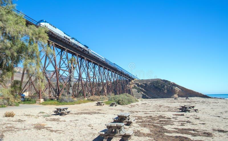Ponte del binario ferroviario alla spiaggia di Gaviota sulla costa centrale di California U.S.A. immagini stock
