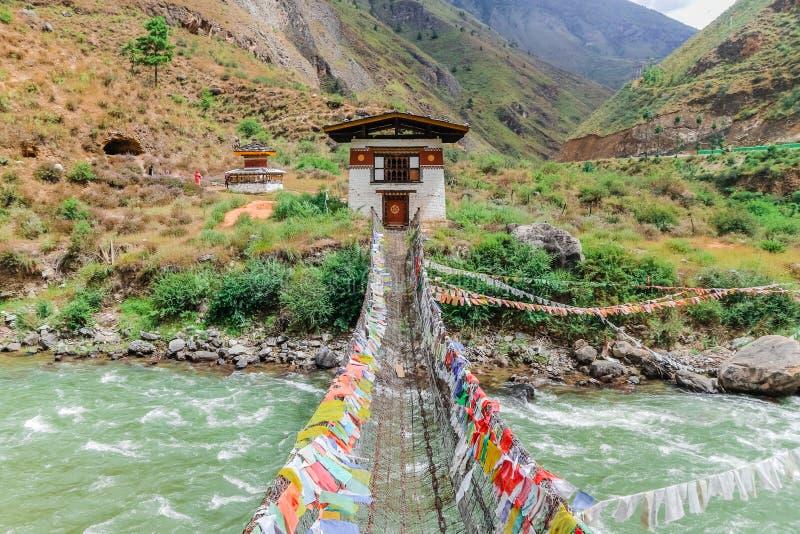 Ponte del ferro del monastero di Tamchog Lhakhang, fiume di Paro, Bhutan fotografia stock libera da diritti