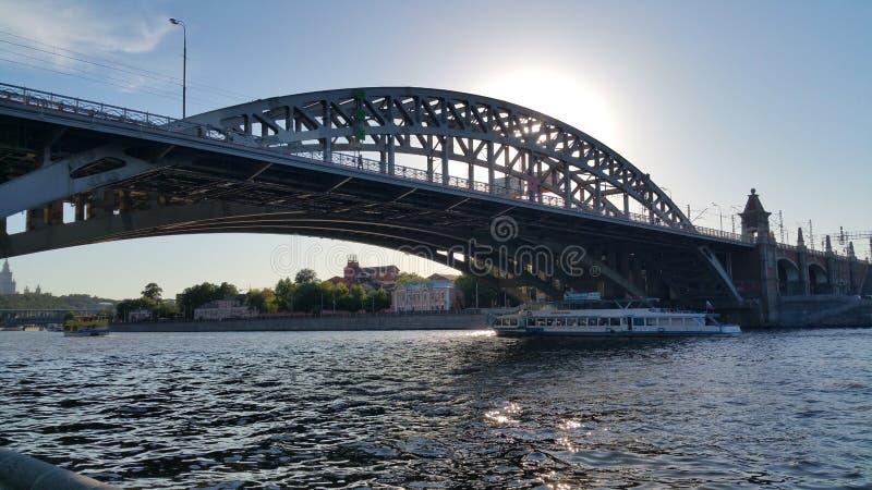 Download Ponte del fiume di Mosca fotografia stock editoriale. Immagine di ponticello - 117977943