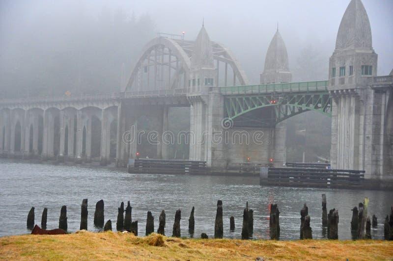 Ponte del fiume di Siuslaw nella nebbia fotografie stock libere da diritti