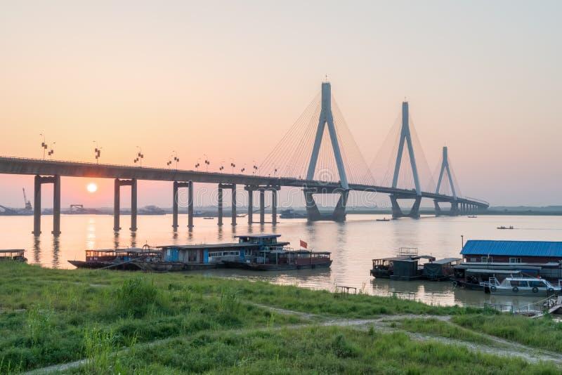 Ponte del lago Dongting con il tramonto immagini stock