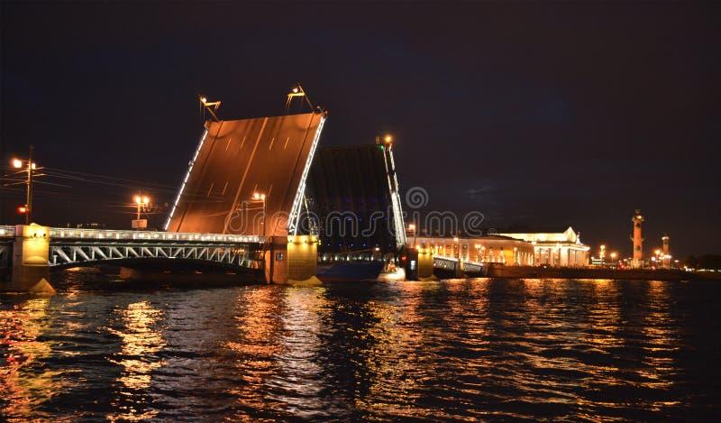 Download Ponte Del Palazzo Nella Notte St Petersburg Fotografia Stock - Immagine di aperto, cartolina: 56877496