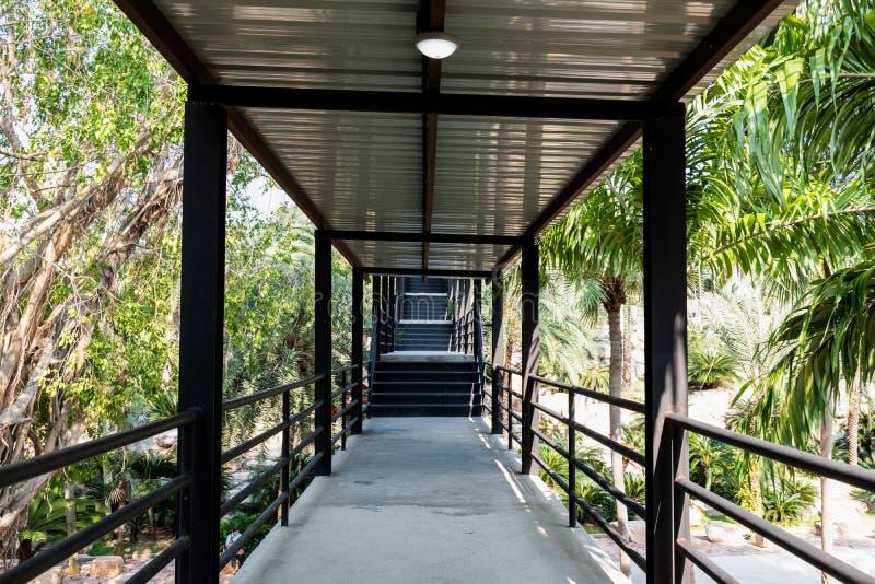 Ponte del passaggio pedonale del giardino andare al punto di vista immagine stock