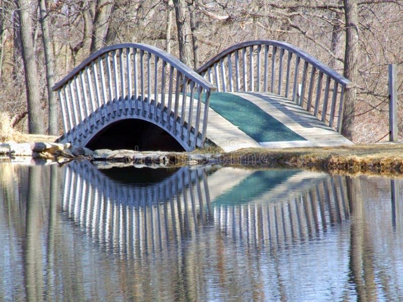 Ponte del piede riflesso in acqua tranquilla fotografie stock libere da diritti