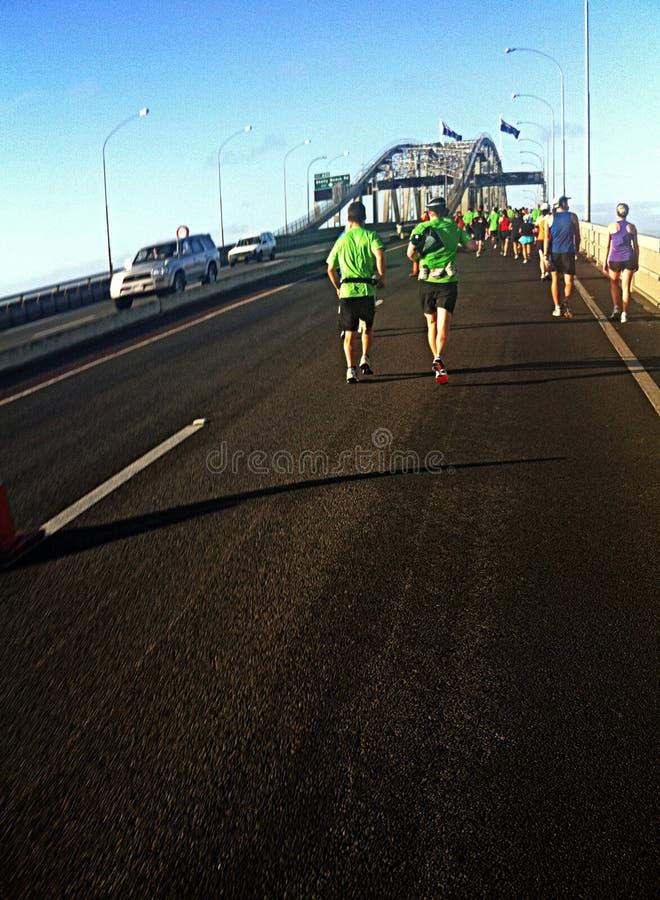 Ponte del porto dei corridori maratona di Auckland fotografia stock