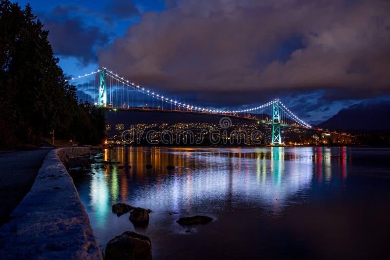 Ponte del portone dei leoni a Vancouver alla notte fotografia stock