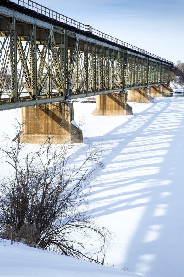 Ponte del treno nell'inverno immagini stock