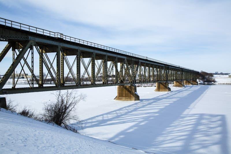Ponte del treno nell'inverno immagine stock libera da diritti