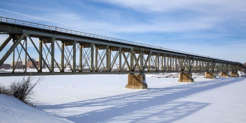 Ponte del treno nell'inverno immagini stock libere da diritti