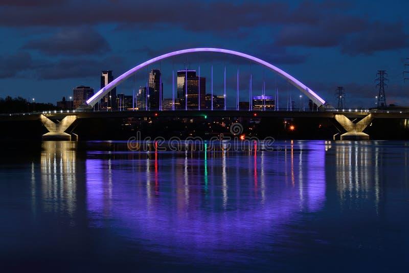 Ponte del viale di Lowry con illuminazione porpora a Minneapolis fotografie stock