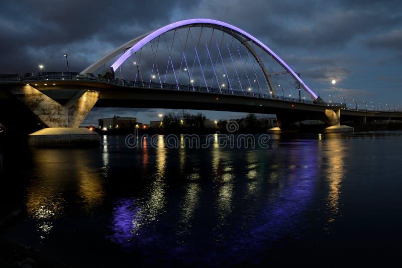 Ponte del viale di Lowry con illuminazione porpora a Minneapolis immagine stock