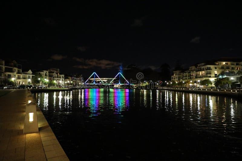 Ponte dell'acqua alla notte fotografia stock