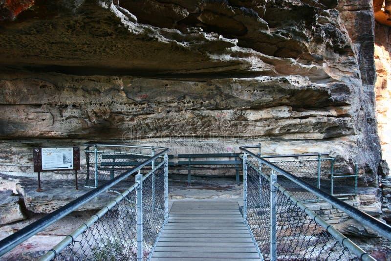 Ponte dell'allerta verso la sorella tre alla traccia di escursione di grandi scala lungo la scogliera ripida della roccia del tag immagine stock libera da diritti