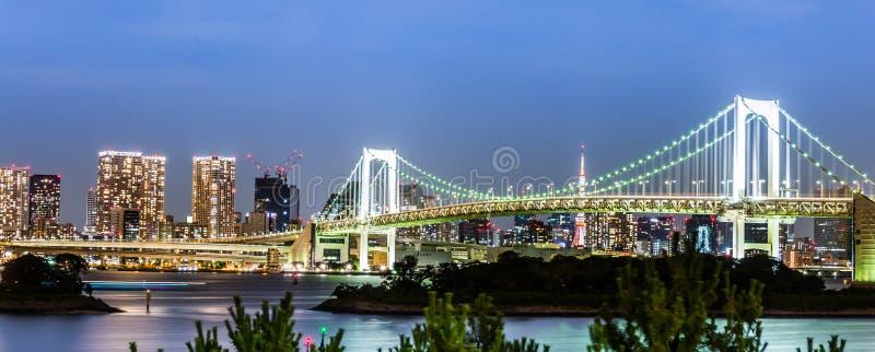 Ponte dell'arcobaleno di scena di notte di Odaiba fotografie stock libere da diritti