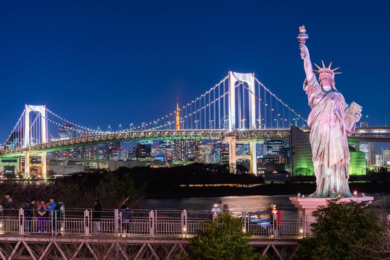 Ponte dell'arcobaleno e della statua della libert? in Odaiba, Tokyo, Giappone fotografia stock