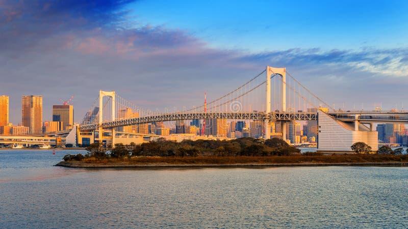 Ponte dell'arcobaleno e paesaggio urbano di Tokyo ad alba, Giappone immagine stock