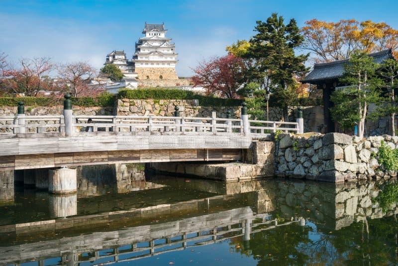 Ponte dell'entrata al castello di Himeji in autunno nel Giappone fotografie stock libere da diritti