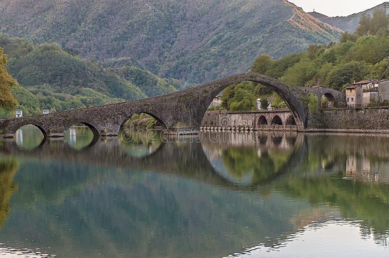 Ponte della马达莱纳半岛,恶魔` s桥梁,博尔戈阿莫扎诺,卢卡,托斯卡纳,意大利 免版税图库摄影