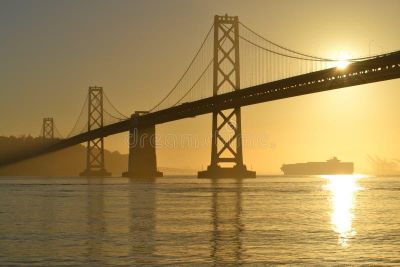 Ponte della baia ad alba, San Francisco, California immagine stock