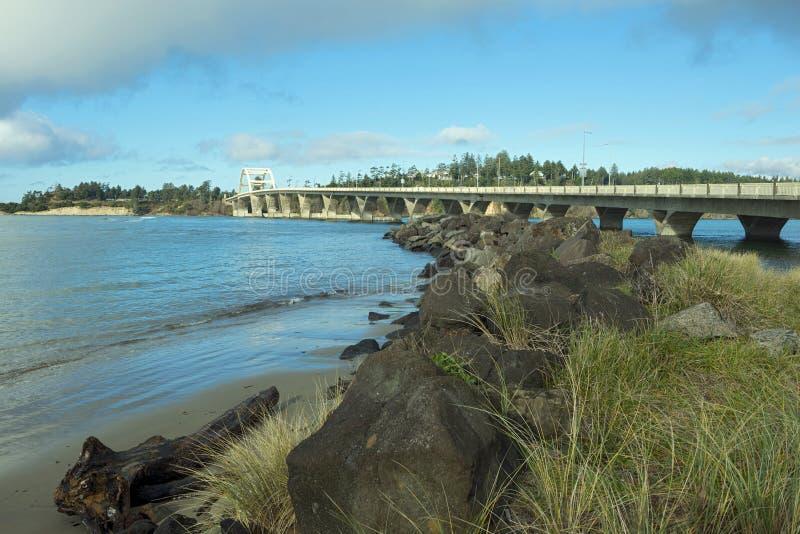 Ponte della baia di Alsea e molo della roccia immagini stock