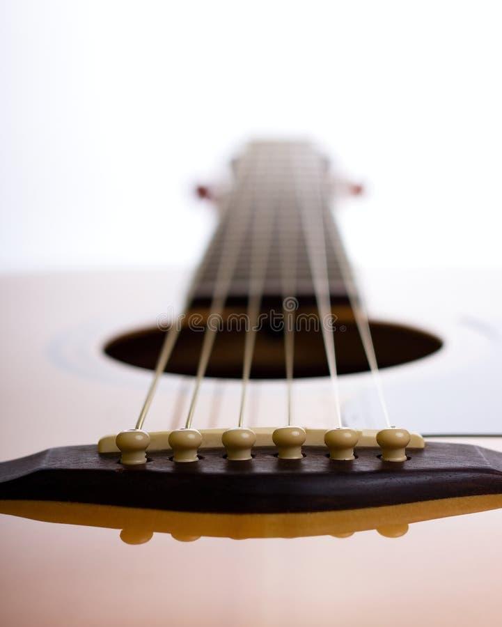 Ponte della chitarra acustica contro luce fotografia stock