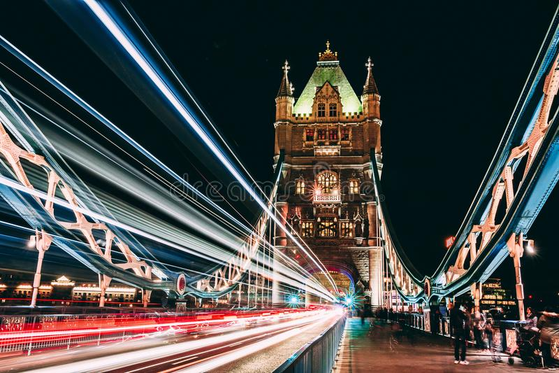 Ponte della città di Londra delle luci fotografia stock libera da diritti