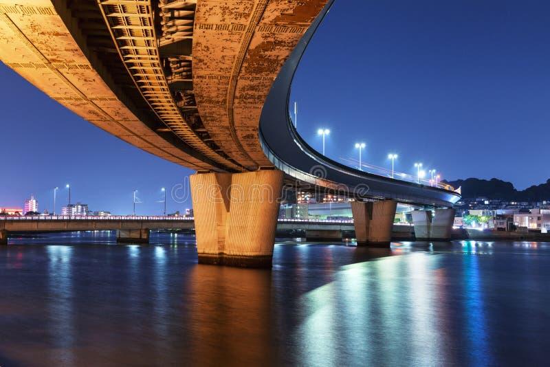 Ponte della città della strada principale alla notte fotografia stock
