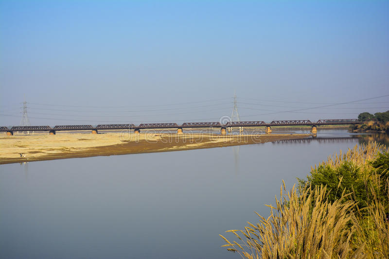 Ponte della ferrovia di Khushab sopra il fiume di Jhelum fotografie stock libere da diritti