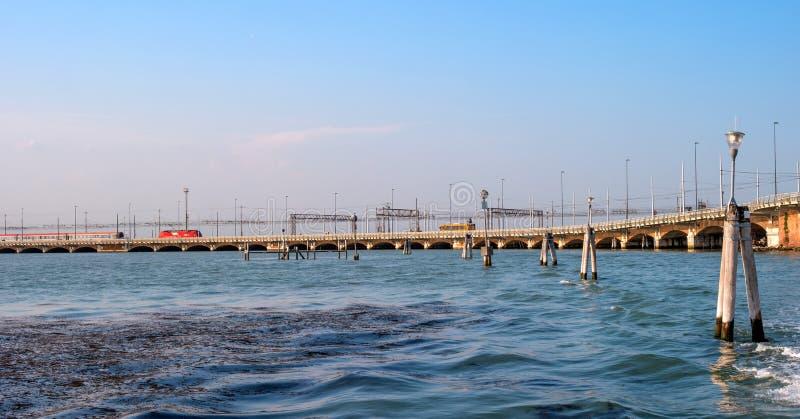 Ponte della Liberta - znaczenie wolności most łączy Wenecja Mestre w stałym lądzie Na moscie pociąg przejażdżki Na zdjęcie stock