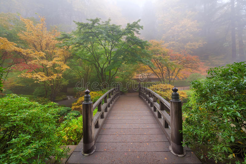 Ponte della luna nel giardino giapponese uno Autumn Morning nebbioso variopinto di Portland fotografia stock libera da diritti