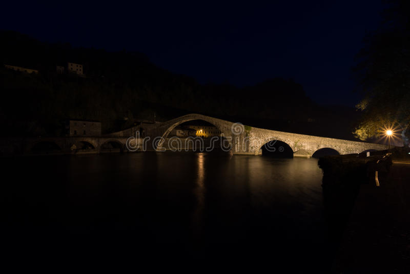 Ponte della Maddalena Bridge av Mary Magdalene Ponte del Diavo arkivfoto