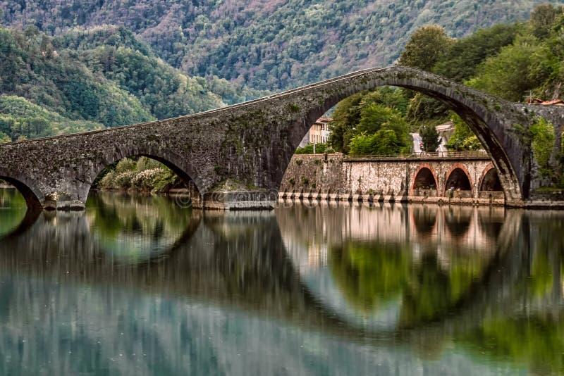 Ponte della Maddalena, bro för jäkel` s, Borgo en Mozzano, Lucca, Tuscany, Italien arkivbilder