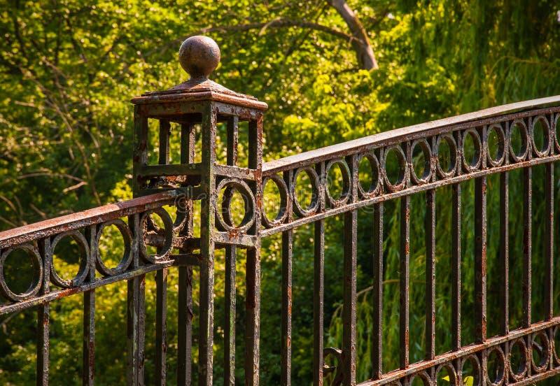 Ponte della passeggiata del parco fotografie stock