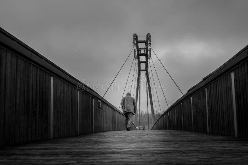 Ponte della passeggiata dell'uomo immagini stock libere da diritti