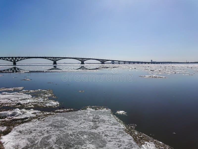 Ponte della strada sopra il fiume Volga fra Saratov ed Engels, Russia Deriva del ghiaccio sul fiume in primavera fotografia stock