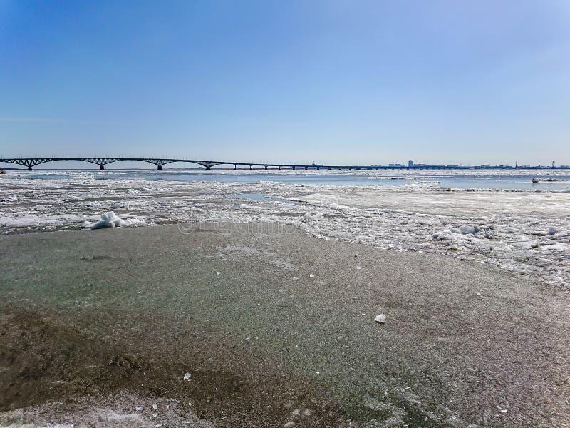 Ponte della strada sopra il fiume Volga fra Saratov ed Engels, Russia Deriva del ghiaccio sul fiume in primavera immagini stock