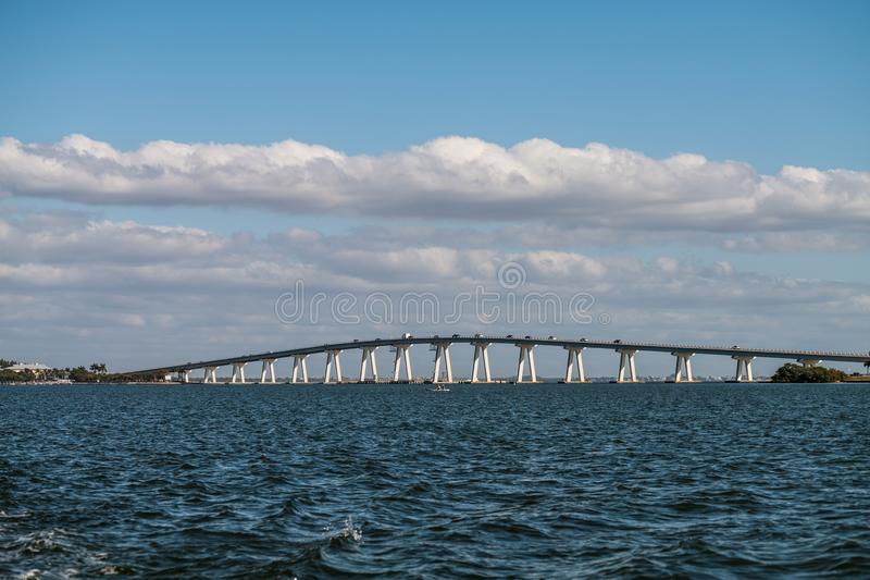 Ponte della strada soprelevata di Sanibel - il collegamento fra l'isola di Sanibel e Punta Rassa fotografia stock libera da diritti