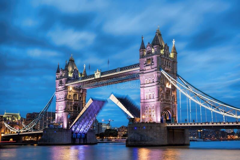 Ponte della torre con il portone aperto nella sera, Londra, Inghilterra, Regno Unito fotografia stock