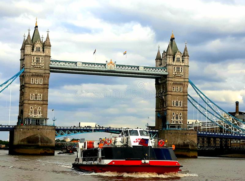 Ponte della torre con la barca fotografia stock libera da diritti