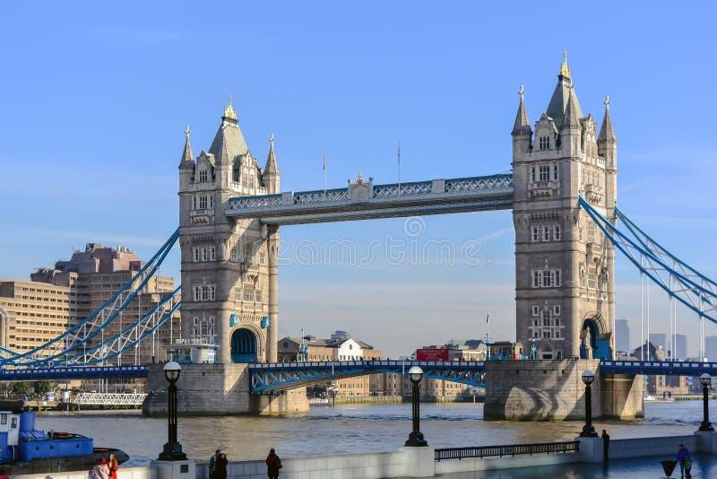 Ponte della torre contro il cielo blu di inverno fotografia stock libera da diritti