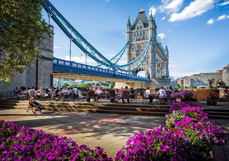Ponte della torre dalla Banca del sud, Londra immagini stock