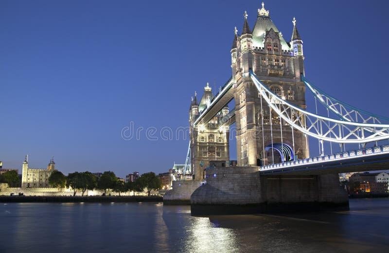 Ponte della torre e torre di Londra al crepuscolo fotografie stock