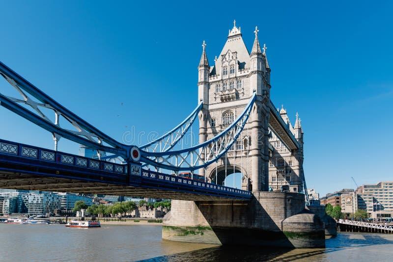 Ponte della torre a Londra contro cielo blu fotografia stock