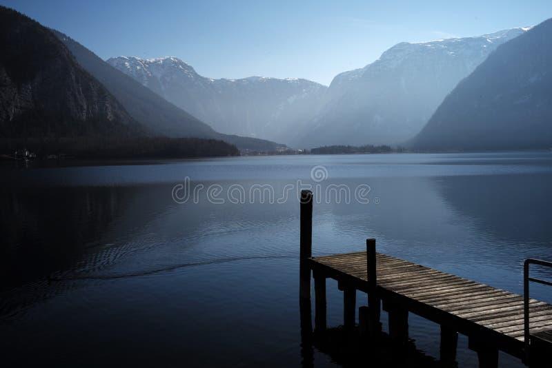 Ponte dentro ao hallstatt do lago fotos de stock