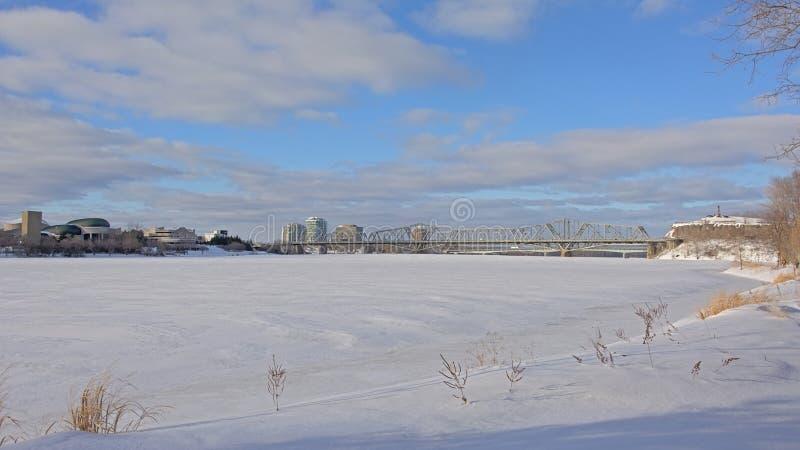 Ponte di Alexandra Interprovincial sopra Ottawa congelata un giorno di inverno con neve immagini stock