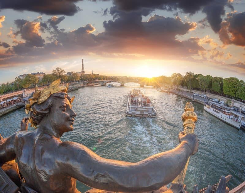 Ponte di Alexandre III a Parigi contro la torre Eiffel con la barca sulla Senna, Francia fotografia stock